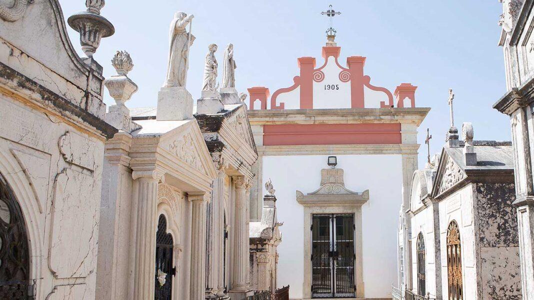 Cemitérios municipais de Lagoa e Parchal preparam-se para aumentar a segurança em contexto da pandemia, até terça-feira, dia 3 de novembro.