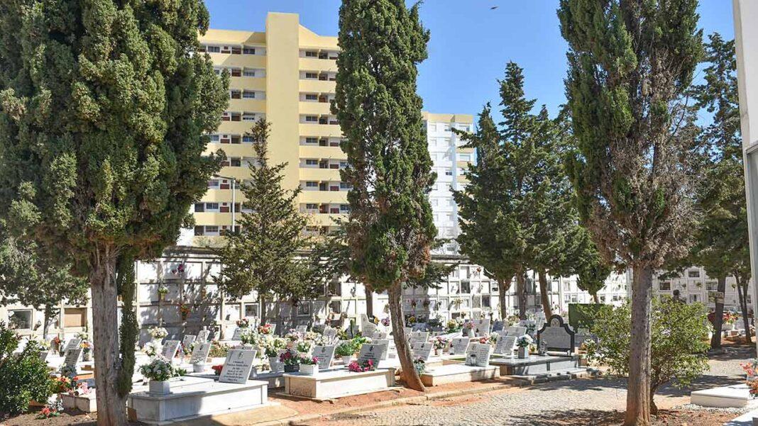 Faro mantém cemitérios abertos no Dia de Todos os Santos mas com restrições aos visitantes. Autarquia impôs limitação de 50 pessoas em simultâneo, em grupos máximos de duas pessoas, e vai aplicar marcações de distanciamento de espera no exterior.