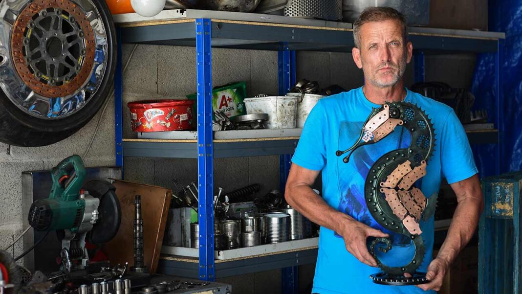 Engrenagens, cambotas de motor, molas de suspensão, correntes de transmissão, tudo serve para João Jesus criar peças únicas num artesanato de metal que tanto cativa aficionados das máquinas como fãs da natureza, na sua oficina no Moto Clube de Faro.