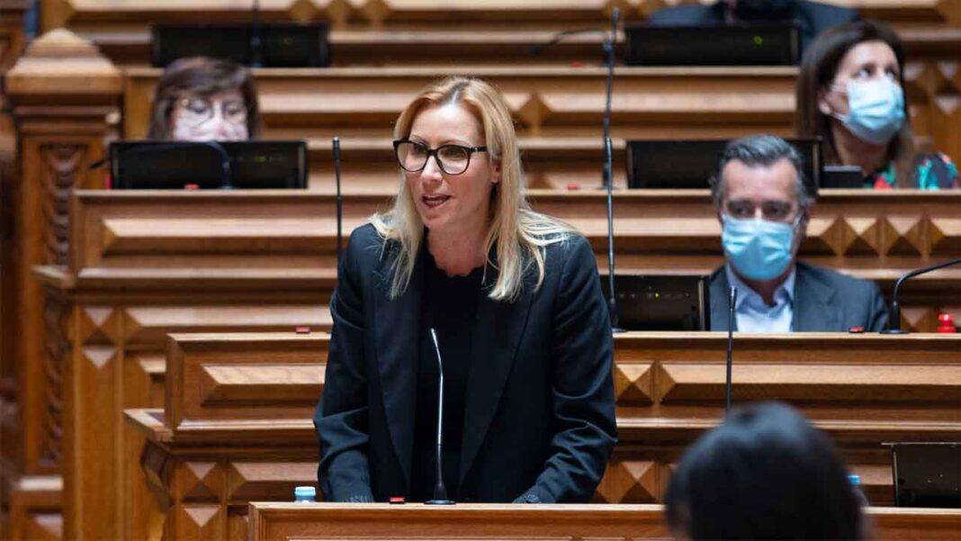 Para a deputada do Partido Social Democrata (PSD) Ofélia Ramos, «aumentar o salário mínimo em plena crise significa mais falências e mais desemprego».
