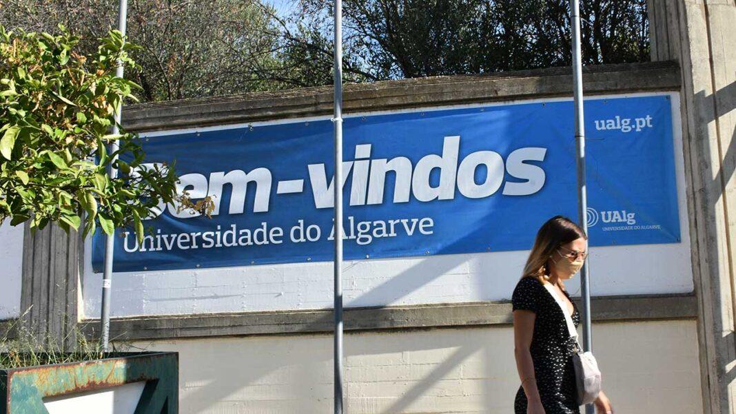 Reitoria da Universidade do Algarve (UAlg) informa que não há casos positivos de COVID-19 na comunidade académica com presença nos campi. Professores e diretores pedagógicos estão a ser informados para reportarem de «imediato» qualquer situação.