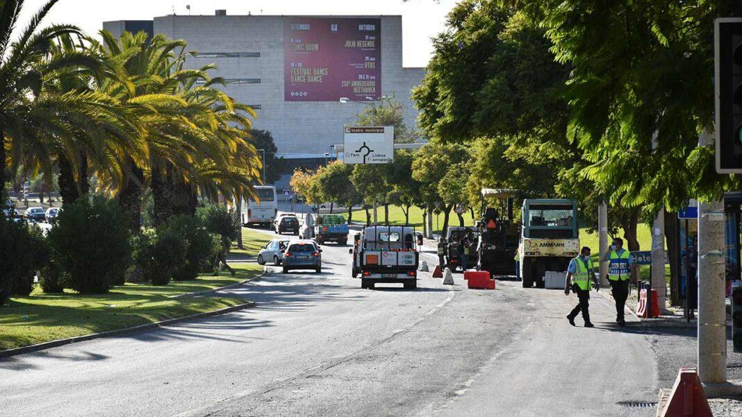 Evolui a bom ritmo a obra de construção de um novo corredor ciclável urbano que vai percorrer a Avenida Calouste Gulbenkian, entre as rotundas do Teatro das Figuras e do Hospital, no centro da capital algarvia.