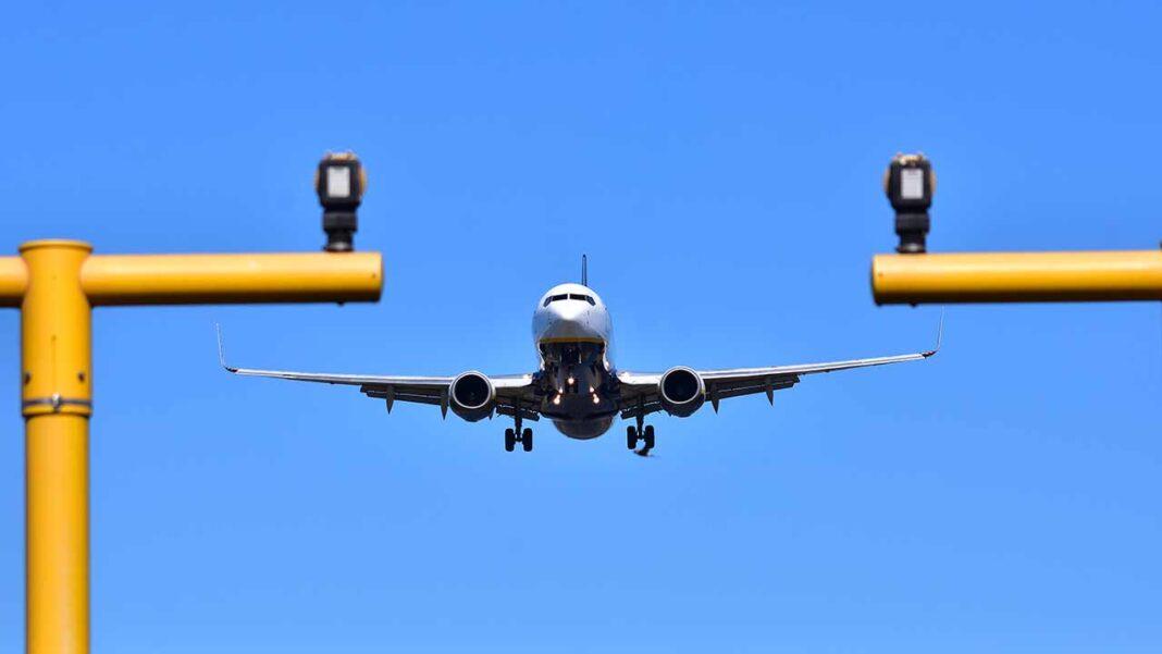 A Ryanair registou uma perda líquida de 197 milhões de euros no primeiro semestre fiscal (abril a setembro), contra um lucro líquido de 1,15 mil milhões de euros no mesmo período de 2019, foi hoje anunciado.