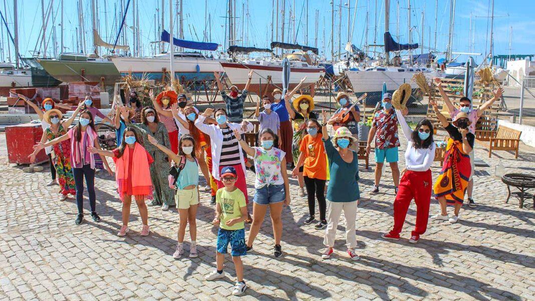 Uma qualquer viagem de autocarro para a Praia de Faro, em que tudo pode acontecer, e a sua velhinha ponte inspiram o primeiro trabalho do novo grupo comunitário «Teatro de Vizinhos». Chama-se «Sai da Frente» vai estrear amanhã, sexta-feira, dia 6 de novembro, às 21h30 no Teatro das Figuras.
