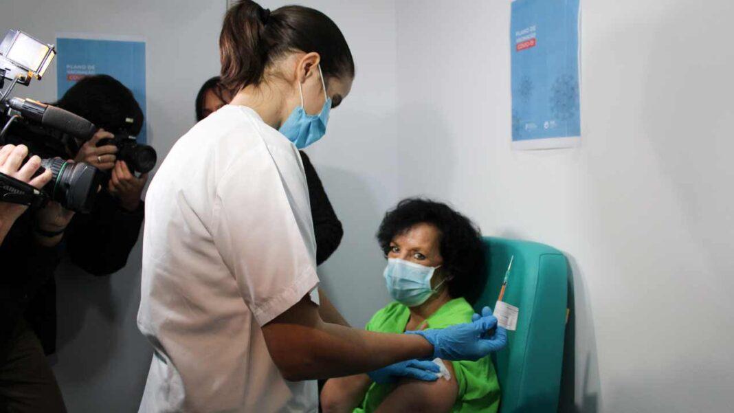 Os profissionais de saúde do Centro Hospitalar Universitário do Algarve (CHUA) começaram hoje a ser vacinados contra a COVID-19.