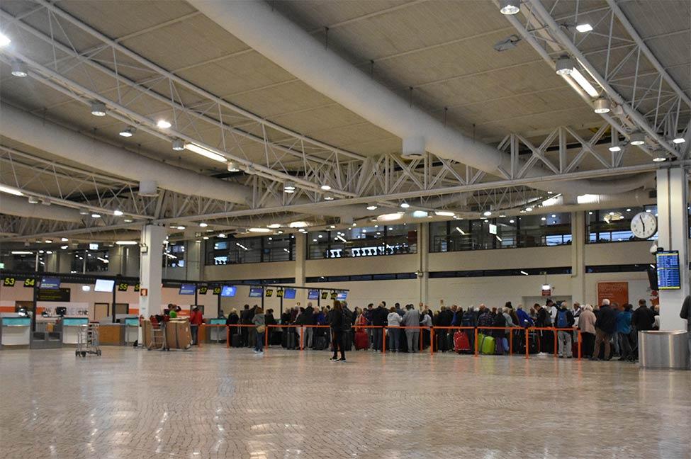 Dezenas de passageiros provenientes do Reino Unido ficaram ontem retidos durante várias horas no Aeroporto de Faro, para fazerem o teste da COVID-19, alguns deles mais de quatro horas e perdendo outras ligações.