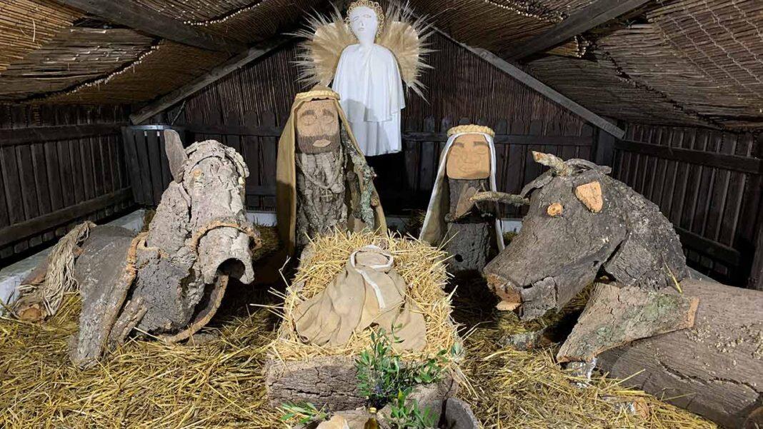 A aldeia da Cortelha, no interior do concelho de Loulé, mantém a tradição de apresentar o presépio em cortiça no largo até ao dia 6 de janeiro.