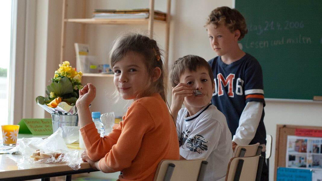 Os pais de crianças até aos 12 anos que tiverem de ficar em casa com os filhos devido ao encerramento das escolas já podem pedir o apoio excecional à família, segundo o Instituto da Segurança Social (ISS).