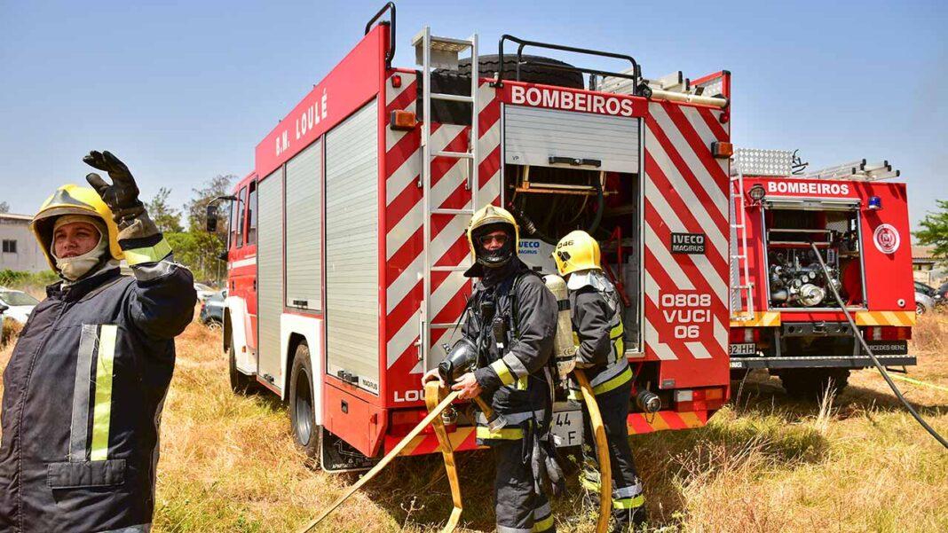 Os bombeiros profissionais do Algarve vão passar a receber formação para reforço de competências, através do Departamento de Desenvolvimento e Formação e do Regimento de Sapadores Bombeiros de Lisboa.