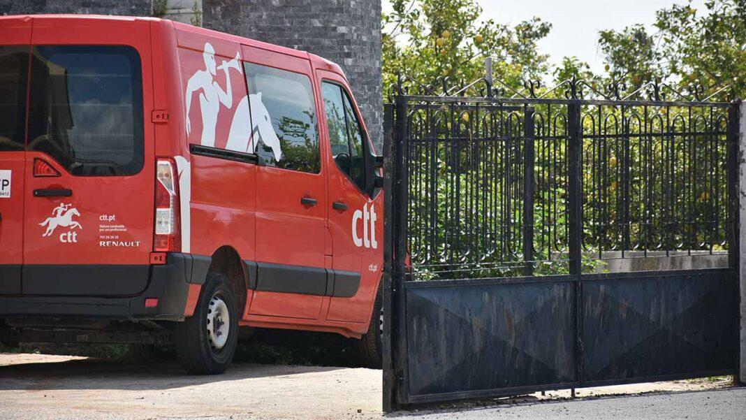 Os CTT – Correios de Portugal informam que vão manter a distribuição de correio e encomendas e as mais de 550 lojas próprias abertas durante este novo período de confinamento.