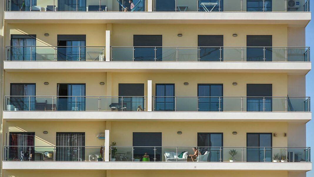 Impulsionada pela crise no sector do turismo, a oferta de casas para arrendar em Portugal regista uma subida considerável. Oferta de arrendamento dispara 72 por cento no distrito Faro e preço médio de arrendamento situa-se nos 671 euros.