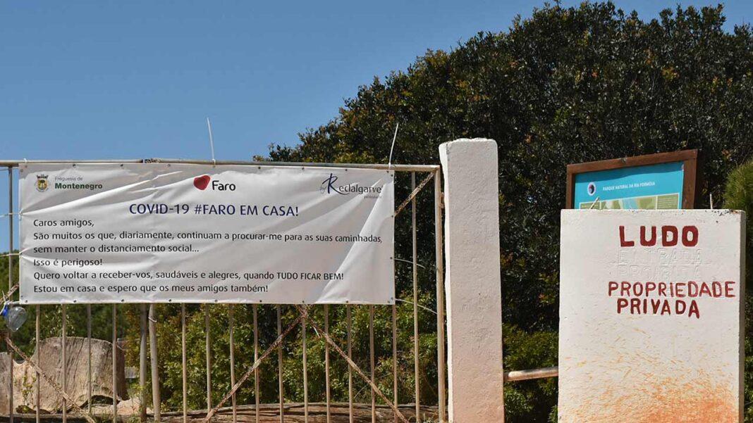 O município de Faro informa que, face à situação excecional que se vive e que impôs a declaração do estado de Emergência e do novo confinamento, decidiu ontem à tarde (dia 21 de janeiro) interditar o acesso à Praia de Faro e respetivos parques de estacionamento (interior e exterior junto ao aeroporto), incluindo o passadiço pedonal, de forma a minimizar o possível impacto ao nível da propagação do COVID-19.