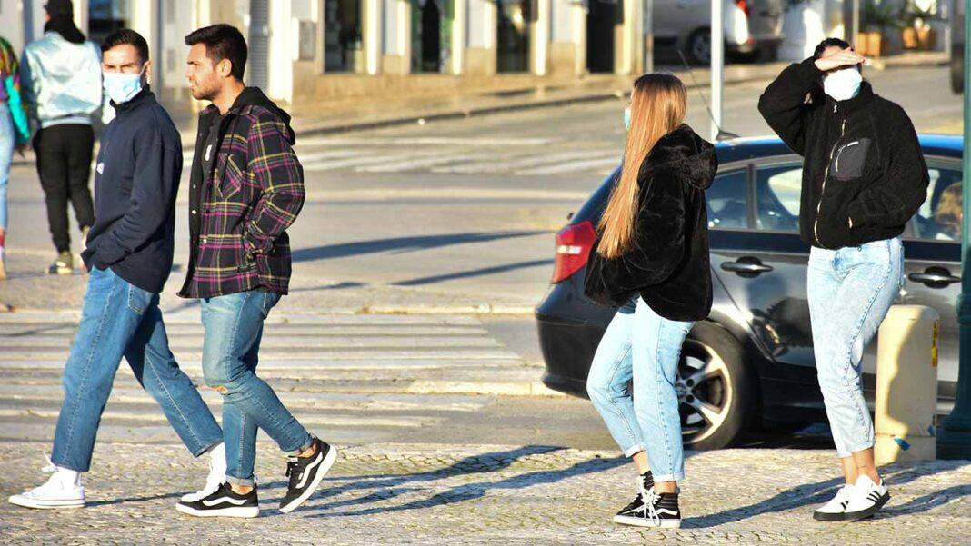 Os portugueses utilizaram menos a máscara de proteção contra a COVID-19 nas semanas que coincidiram com o Natal e o Ano Novo, segundo um estudo hoje divulgado pela Escola Nacional de Saúde Pública (ENSP) da Universidade Nova de Lisboa.