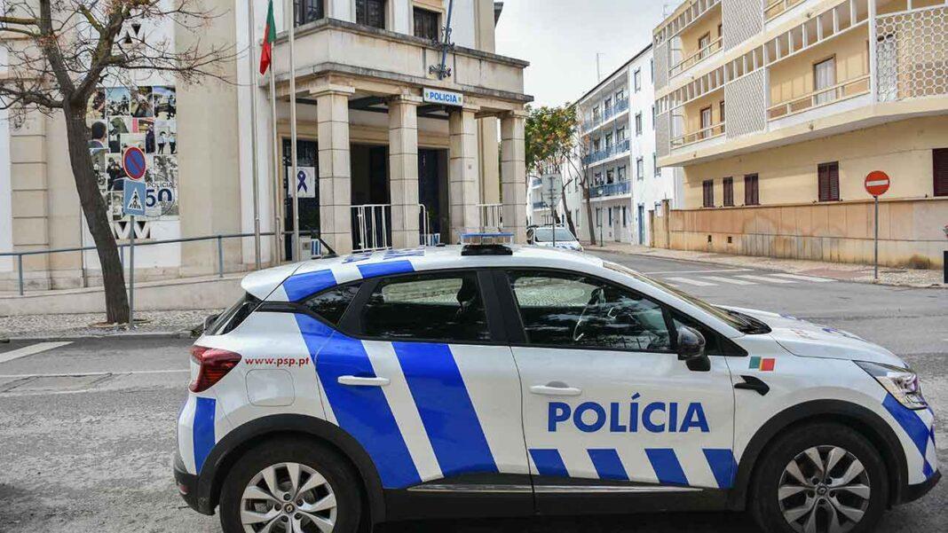 A PSP suspendeu o gozo de férias dos polícias e pondera chamar os operacionais em pré-aposentação para aumentar a capacidade operacional da ação fiscalizadora das medidas do estado de emergência, devido à COVID-19.
