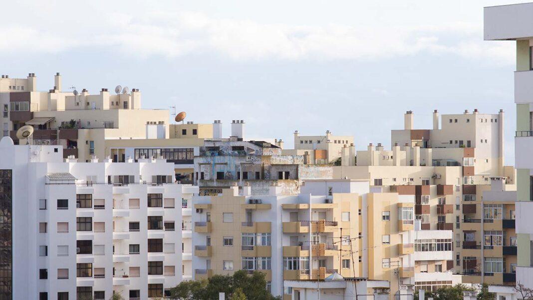 Quase metade dos associados da Associação dos Mediadores do Imobiliário de Portugal (ASMIP) prevê uma redução da atividade este ano, enquanto 30 por cento acredita na manutenção e 24 por cento admite um crescimento do negócio, segundo um inquérito hoje divulgado.