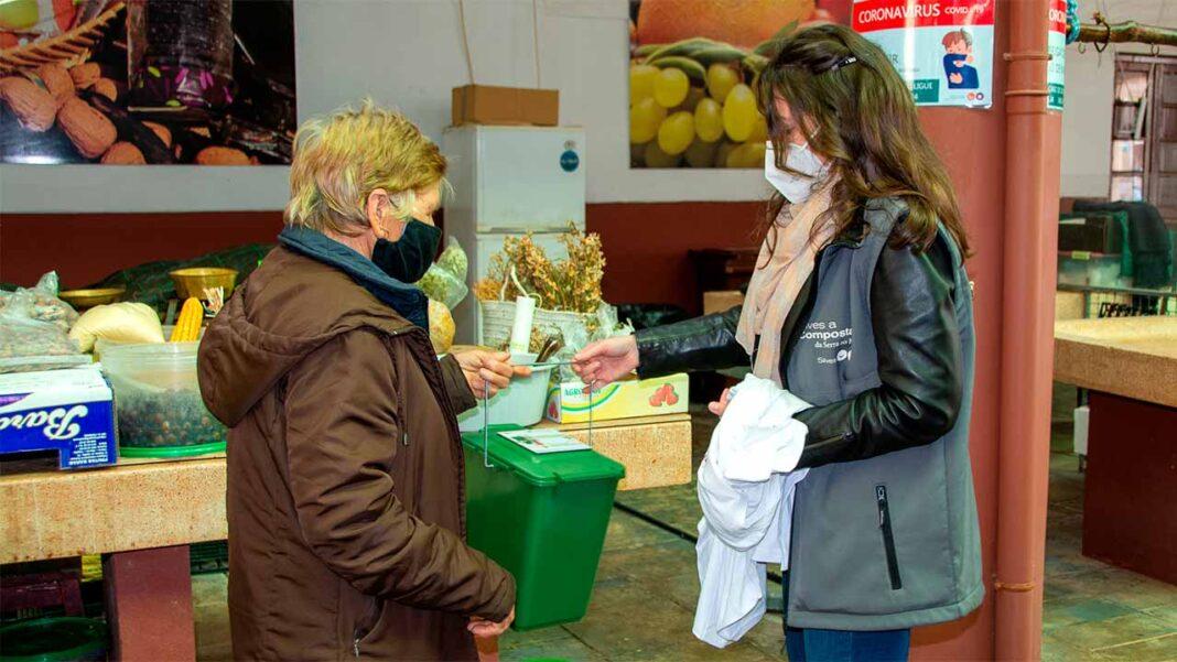 Integrando a sua política de sustentabilidade ambiental, o município de Silves distribuiu na manhã de ontem, quinta-feira, 18 de fevereiro, no mercado de São Bartolomeu de Messines, contentores para recolha seletiva de biorresíduos.