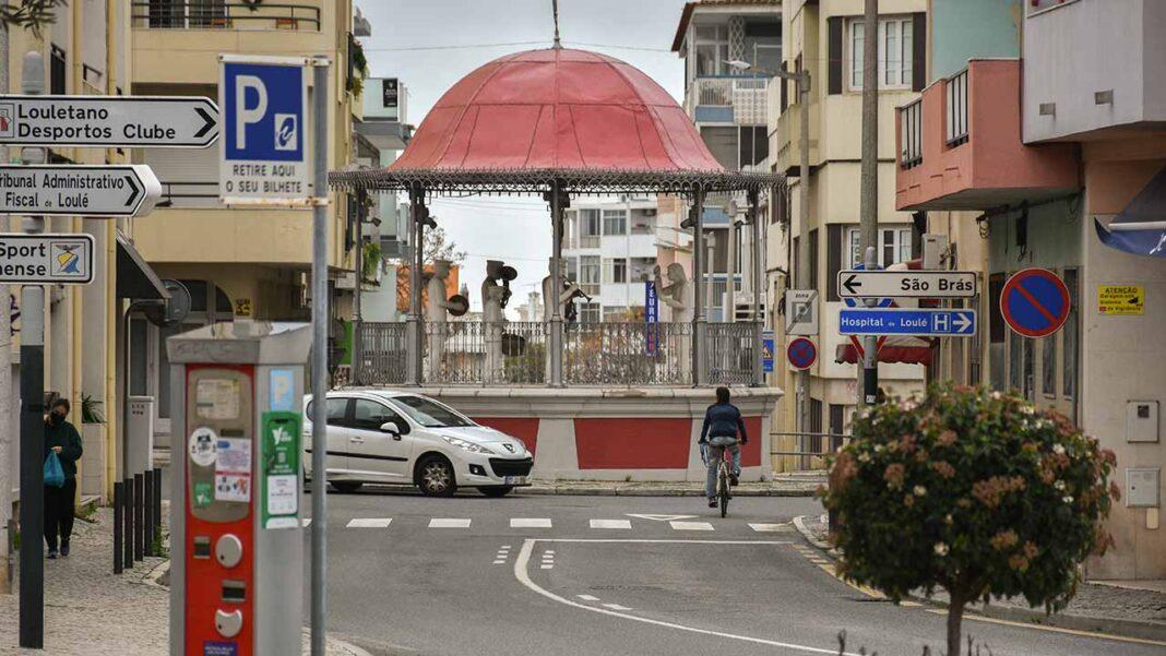 A circulação entre concelhos em Portugal continental volta a estar proibida entre as 20h00 de hoje e as 05h00 de segunda-feira, sem prejuízo das exceções previstas, no âmbito do estado de emergência para combater a pandemia de COVID-19.