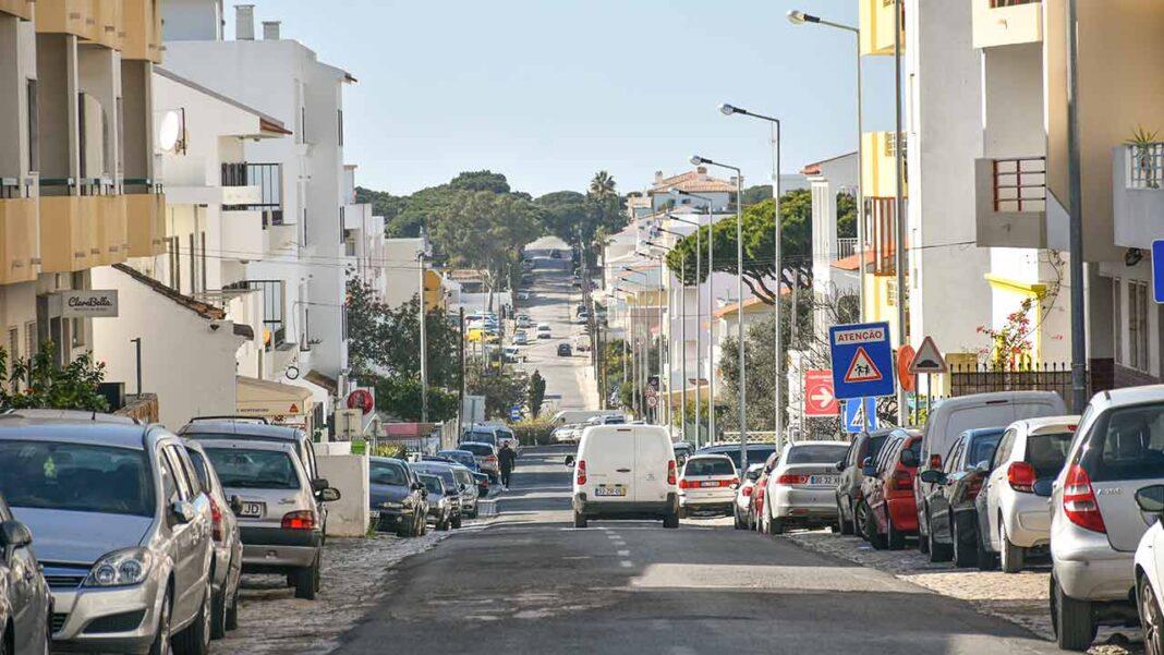 A proibição de circulação entre concelhos volta a aplicar-se entre as 20h00 de hoje e as 05h00 de segunda-feira no continente, apesar de algumas exceções previstas na regulamentação do estado de emergência em vigor até 14 de fevereiro.