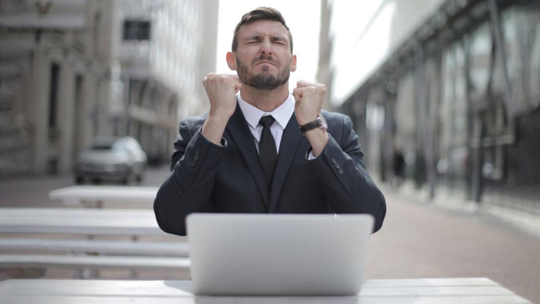 Homem em frente ao computador a esperar pelo marketing digital