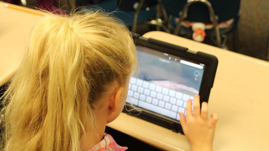 A maioria dos alunos teve apoio da família durante o ensino à distância no primeiro confinamento, mas para muitos foi difícil encontrar um sítio sossegado para estudar em casa ou ter equipamentos para assistir às aulas online.