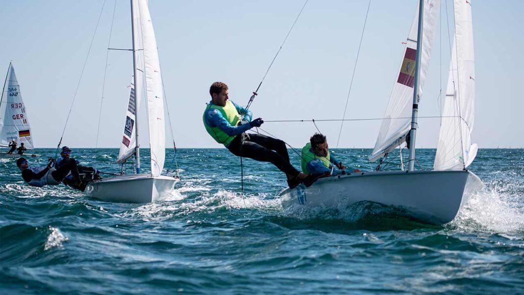 Os velejadores Diogo e Pedro Costa ascenderam hoje ao 4º lugar Campeonato do Mundo da classe 470, que decorre em Vilamoura até sábado.