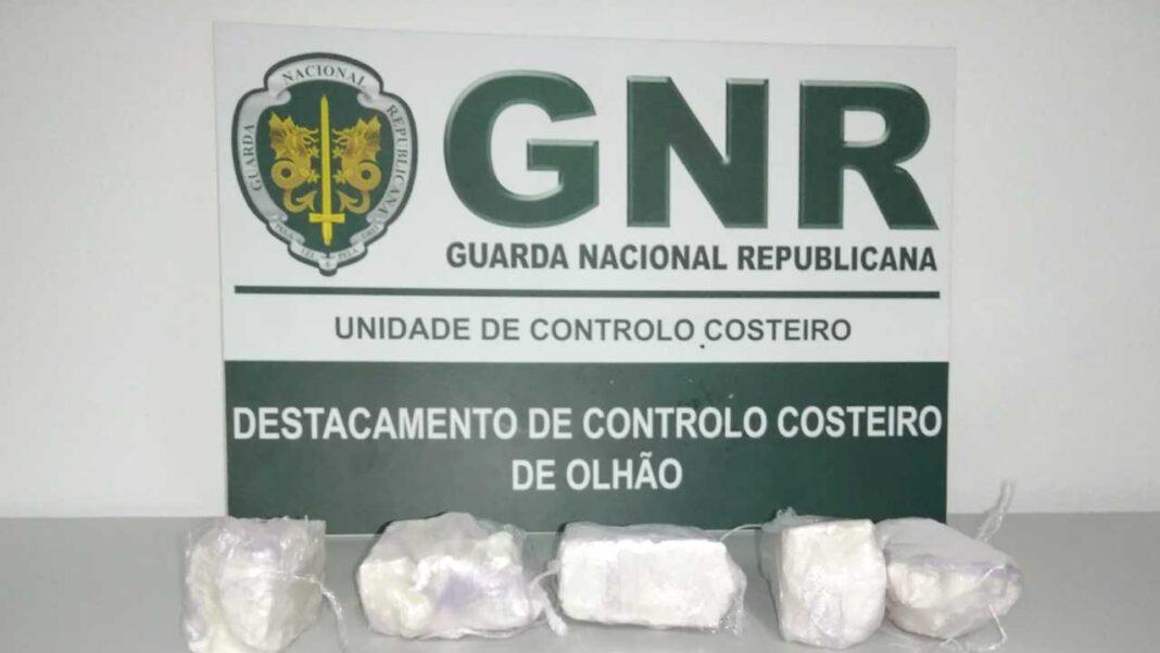 Detidos em flagrante delito pela GNR com 2500 doses de cocaína no Rio Guadiana.