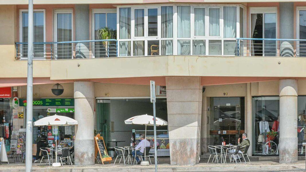 Portugal inicia hoje a terceira fase do desconfinamento com a reabertura de mais escolas, lojas, restaurantes e cafés, um levantamento de restrições que não é acompanhado nos 10 concelhos onde a incidência da COVID-19 é maior.