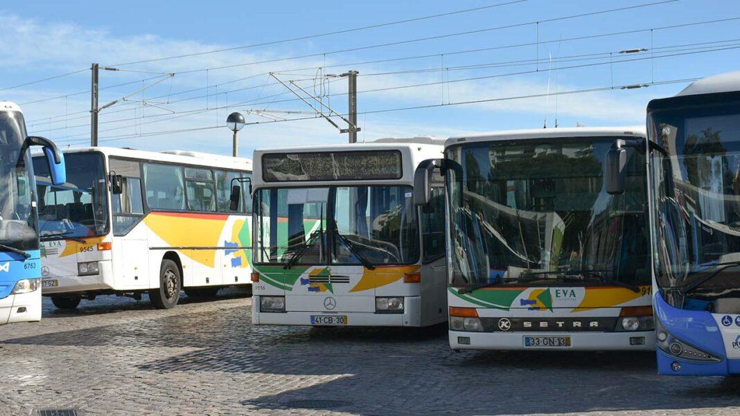 População da Fuseta e Moncarapacho queixa-se de constantes mudanças nos horários dos autocarros. União de Freguesias aponta o dedo à AMAL. Partido Socialista de Olhão desvaloriza criticas e pede ao autarca que finde «as constantes birras».