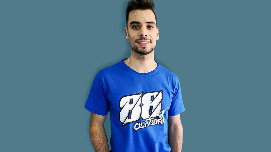 Miguel Oliveira, piloto português e vencedor do Grande Prémio de Portugal de MotoGP, doou uma camisola oficial autografada à Associação Dignitude, que será leiloada online entre os dias 12 a 26 de abril.