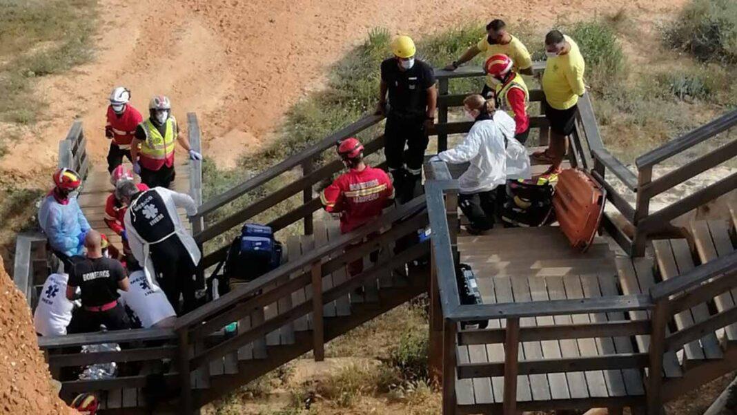 Uma mulher de nacionalidade ucraniana, com cerca de 42 anos, caiu ontem à tarde do topo de uma falésia com cerca de 10 metros de altura na praia do Poço Velho, nos Olhos d' Água, concelho de Albufeira, ficando em estado grave.