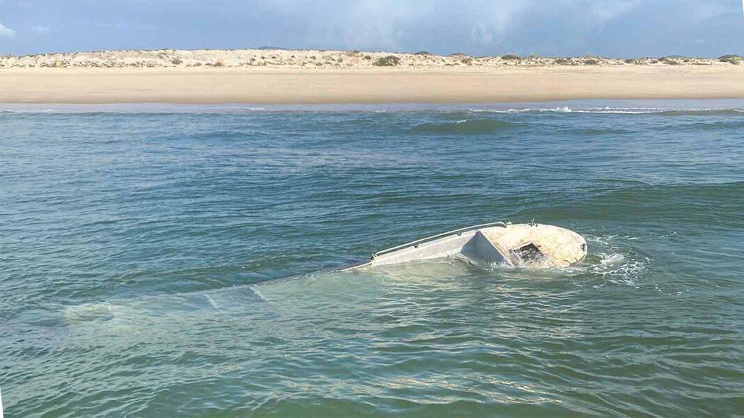 Na madrugada de hoje foi detetada uma embarcação auxiliar local, com cerca de 6,5 metros de comprimento, naufragada ao largo da praia da Fuseta, no concelho de Olhão, não havendo registo de vítimas.