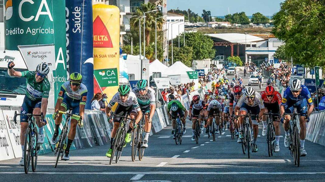 O irlandês Sam Bennett (Deceuninck-Quick-Step) conquistou hoje a terceira etapa da Volta ao Algarve, concluindo com um sprint impressionante os 203,1 quilómetros, iniciados em Faro e finalizados em Tavira.