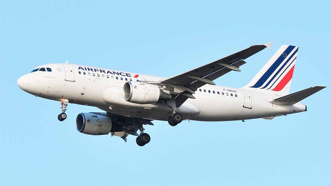 A companhia francesa Air France vai operar até cinco voos por semana em junho e até um voo por dia em julho e agosto. O primeiro voo realizou-se no domingo com um Airbus A319.