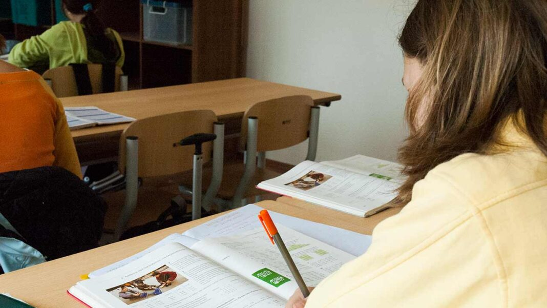 Associações de pais no Algarve surpreendidas com suspensão de aulas a um domingo.