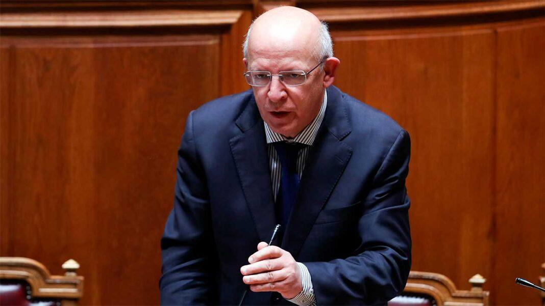 O ministro dos Negócios Estrangeiros, Augusto Santos Silva, disse hoje que está «totalmente disponível» para ir ao Parlamento.