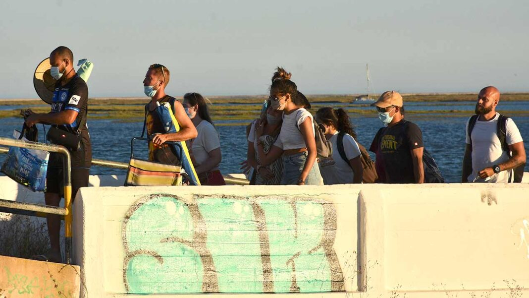 O Algarve registava até domingo 32 surtos ativos de covid-19, a maioria com origem em contexto laboral, escolar e em festas, sendo nas escolas onde se confirmaram mais casos, indica um documento a que a Lusa teve hoje acesso.