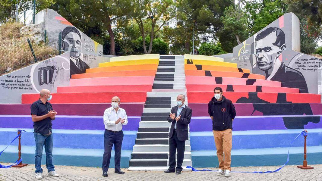 A pintura mural, da autoria do artista Renato, na Escola EB2,3 Engº Duarte Pacheco, em Loulé, destaca ainda duas artes maiores, a Literatura e a Música.