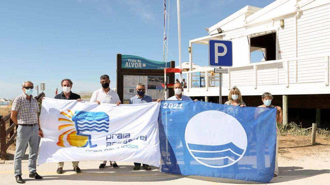 Bandeira Azul e bandeira «Praia Acessível – Praia para Todos» também já ondula nas estâncias balneares de Portimão.