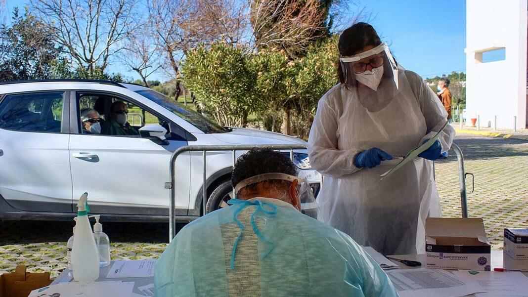 Quase 6.700 suspeitas de reações adversas às vacinas contra a COVID-19 foram registadas em Portugal e houve 44 casos de morte comunicados em idosos com várias doenças, mas não está demonstrada a relação causa-efeito, segundo o Infarmed.