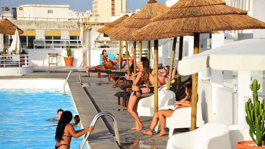 A Associação de Hotéis e Empreendimentos Turísticos do Algarve (AHETA) considerou hoje «um exagero» a obrigação de apresentar certificado COVID-19 ou teste para aceder à hotelaria e pediu ao governo a «revogação imediata» da medida.