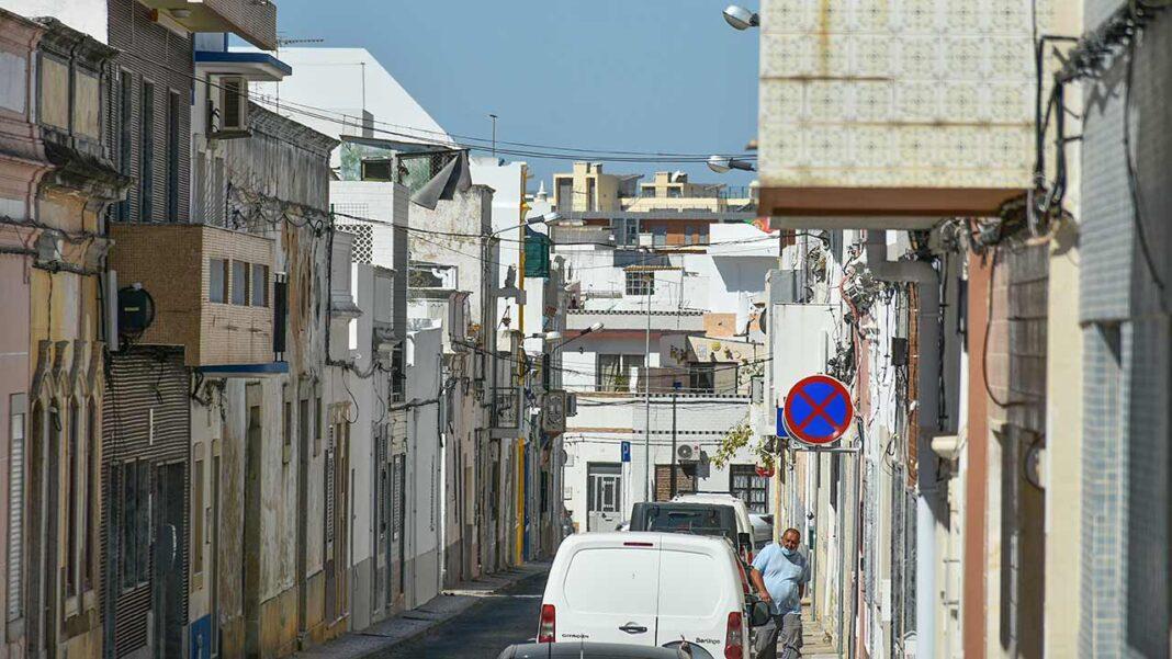 Por regiões, o Algarve é a região do país que regista uma taxa de incidência mais elevada (806,4). Todas as regiões do país registam um índice médio de transmissibilidade (Rt) do vírus SARS-CoV-2 superior ao limiar de 1, mas com uma desaceleração do aumento de novos casos de infeção nos últimos dias.