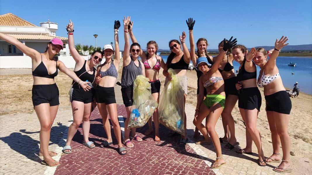 Escuteiros belgas fizeram trabalho voluntário na Praia de Faro. Participaram em campanhas de sensibilização e limpeza da Ria Formosa.