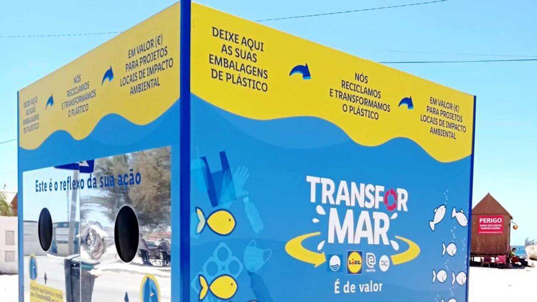 Este ano, grande cubo do projeto TransforMAR destinado à deposição de plástico e metal está instalado na Praia do Pescadores, em Armação de Pera, concelho de Silves.