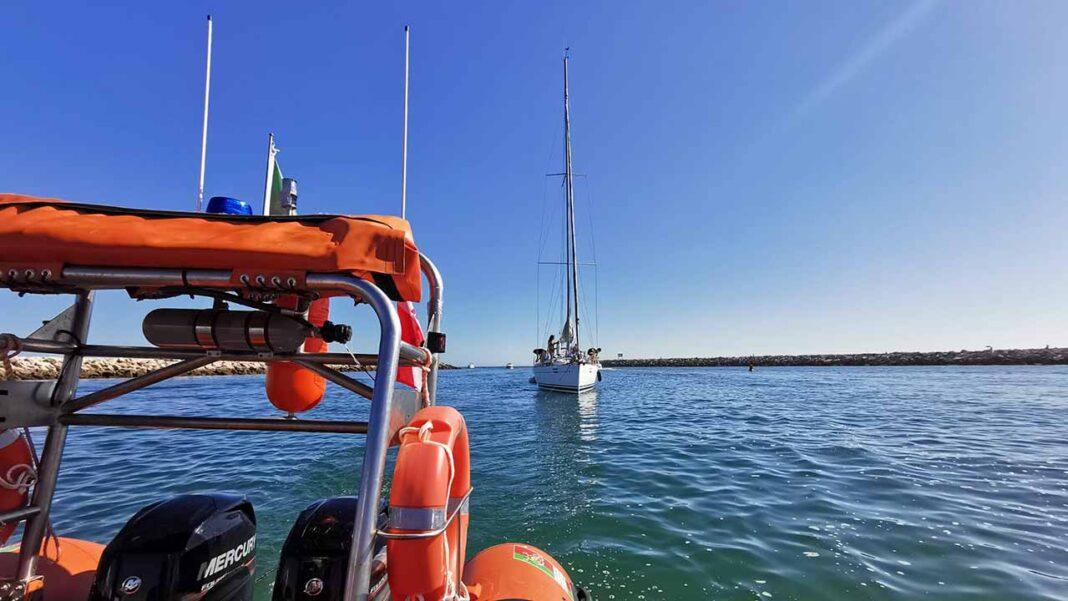 Estação Salva-vidas de Quarteira auxilia oito pessoas a bordo de um veleiro na praia de Vilamoura.