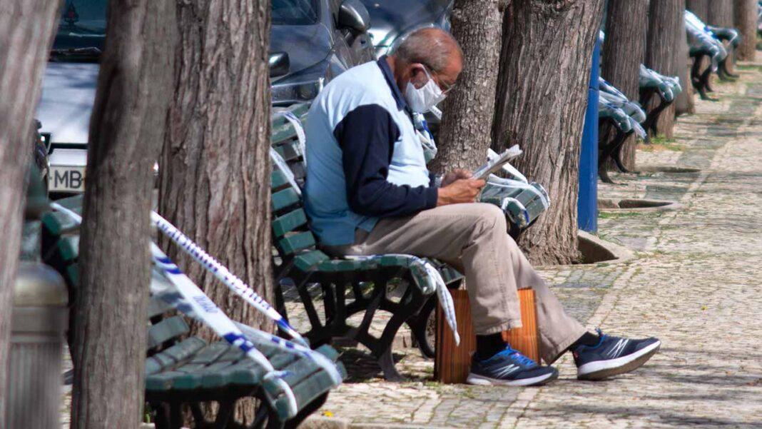 O uso de máscara no exterior deixa hoje de ser obrigatório, mas a Direção-Geral da Saúde (DGS) recomenda o seu uso em algumas situações, como aglomerações, quando não é possível manter a distância física e por pessoas vulneráveis.