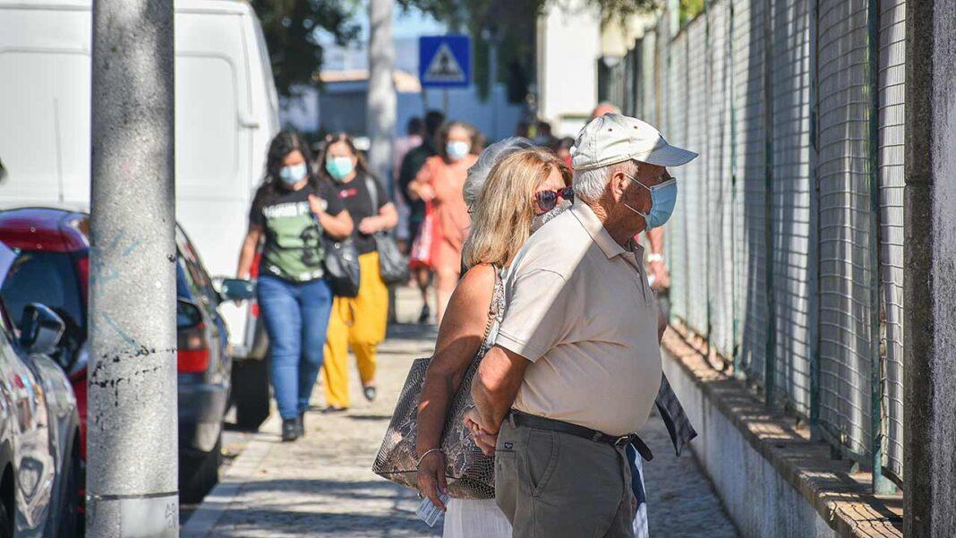 Portugal regista hoje duas mortes atribuídas à COVID-19, assim como 599 novos casos de infeção e mais sete pessoas internadas, sem nenhum novo caso nos cuidados intensivos. A maior parte das novas infeções diagnosticadas nas últimas 24 horas estão repartidas pela zona de Lisboa e Vale do Tejo (219 novos casos) e pelo norte (208 novos casos), de acordo com o boletim epidemiológico da DGS hoje divulgado.