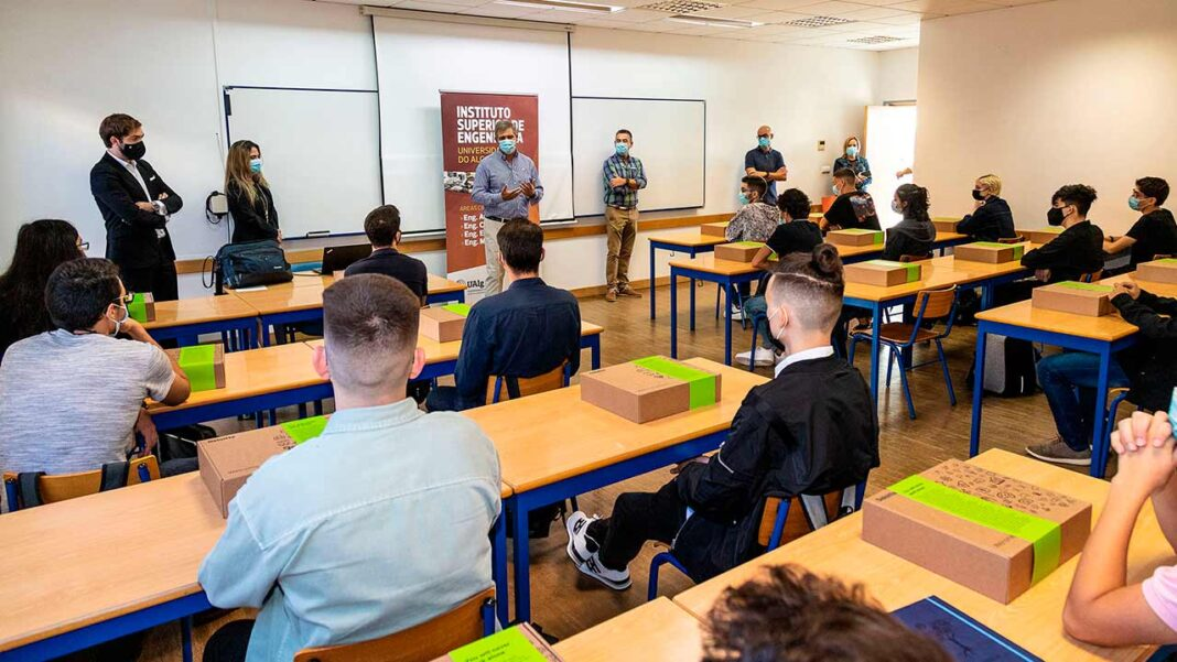 Os 22 alunos selecionados para o Curso Técnico Superior Profissional (CTeSP) em Tecnologias Informáticas iniciaram, no dia 4 de outubro, um programa de cinco anos, que resulta de uma parceria entre a Universidade do Algarve e a Deloitte, através do Programa BrightStart.